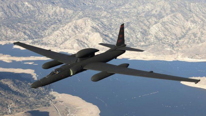 Model S provází špionážní letoun U-2