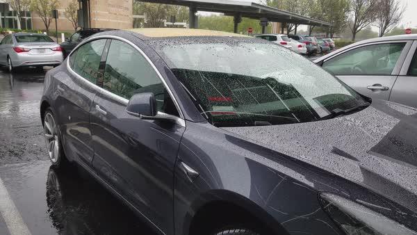 Tesla dala všem svým vozům, které jsou postiženy hurikánem nabíjení zdarma a kilometry navíc