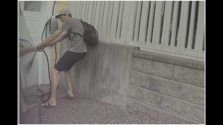 Посмотрите, как этот парень нарочно отключил Теслу, припаркованную на дороге владельца