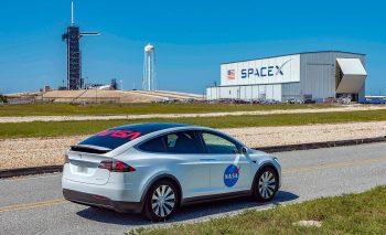 НАСА демонстрирует транспортное средство астронавта Tesla Model X перед историческим запуском