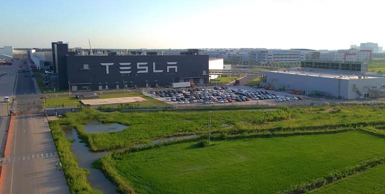 Рабочие Tesla Giga Shanghai спешат на помощь, увидев, как автомобиль упал в реку