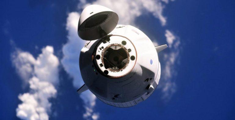 Обновленный Cargo Dragon от SpaceX готовится к первому входу в атмосферу и приводнению