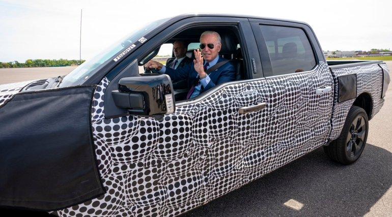 Байден садится за руль электрического Ford F-150 Lightning: «Этот лох шустрый!»