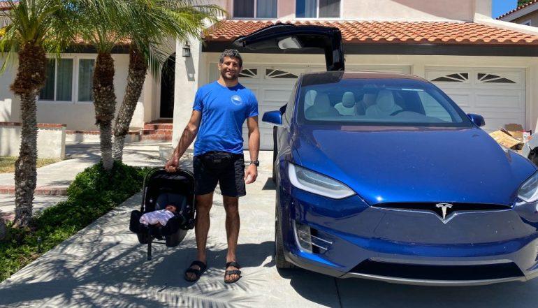 Боец UFC Бенейл Дариуш получает свою Tesla Model X и причину, по которой он ее заказал
