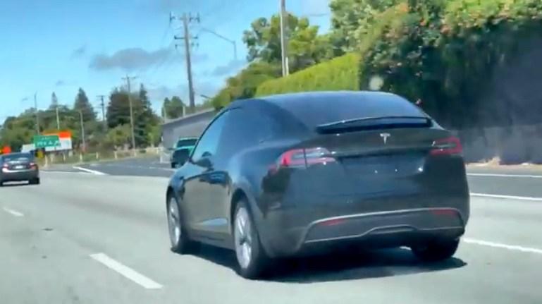 Обновленная Tesla Model X с новым интерьером и рулевой вилкой замечена в дикой природе