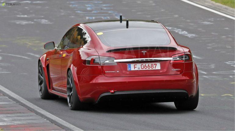 Tesla Model S Plaid замечена на тестах в Нюрбургринге с вилкой и штатным рулевым колесом