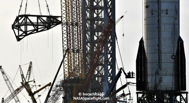 SpaceX устанавливает первую руку Mechazilla на стартовой башне Starship