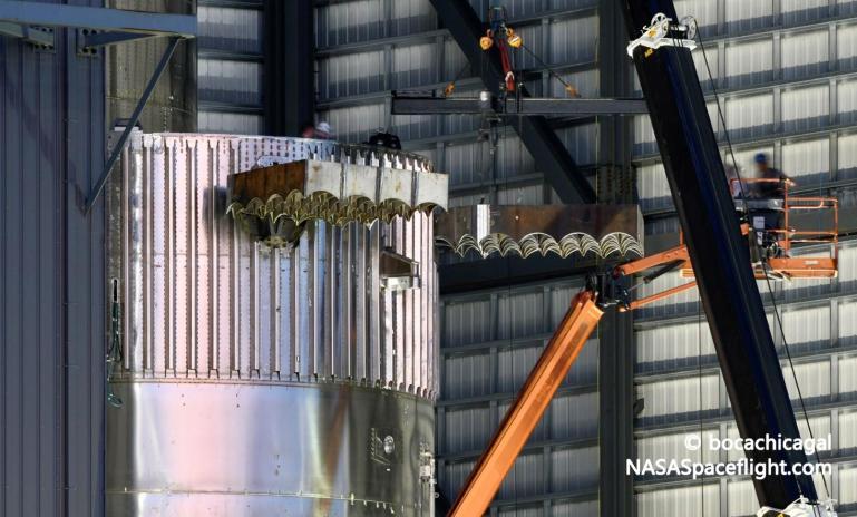 SpaceX оснастила первый ракетный ускоритель Starship орбитального класса решетчатыми плавниками и двигателями Raptor