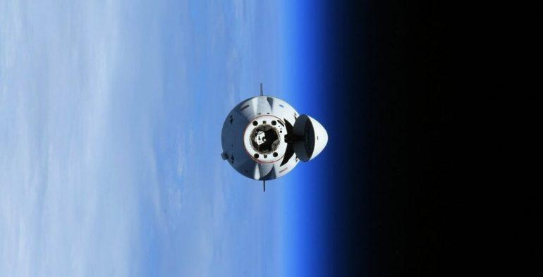 SpaceX Cargo Dragon присоединяется к Crew Dragon на Международной космической станции