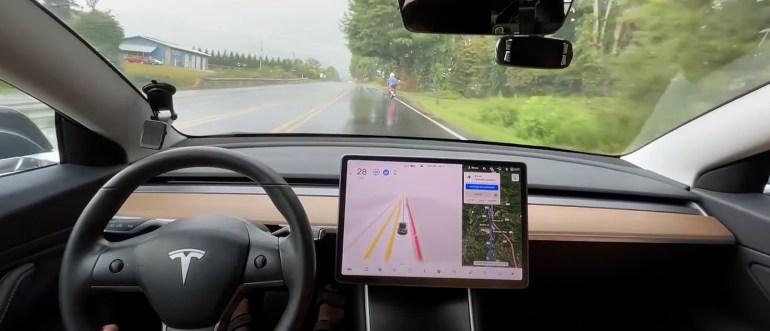 Как Tesla FSD Beta маневрирует среди велосипедистов и пешеходов