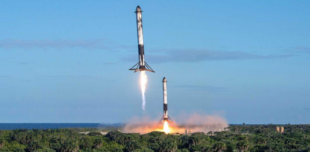 Дистанционная камера фотографа ВВС США Джеймса Рейнира запечатлела этот захватывающий вид боковых ускорителей Falcon Heavy Block 5 B1052 и B1053, возвращающихся в зоны приземления SpaceX 1 и 2. (ВВС США - Джеймс Рейнир)