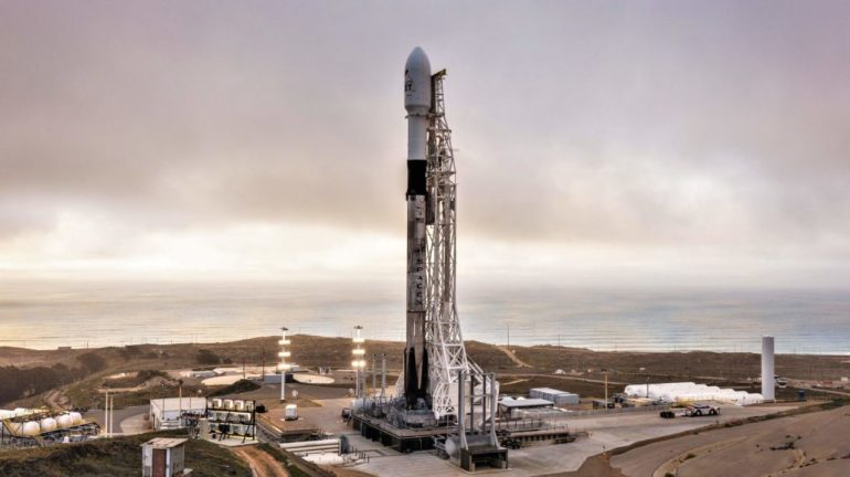 SpaceX запускает ракету Falcon 9 для первого запуска Starlink в Калифорнии