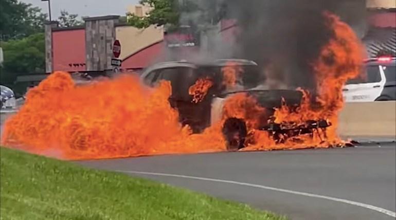 Владелец Tesla предупредил водителя BMW X1, чей внедорожник загорелся за несколько минут до взрыва