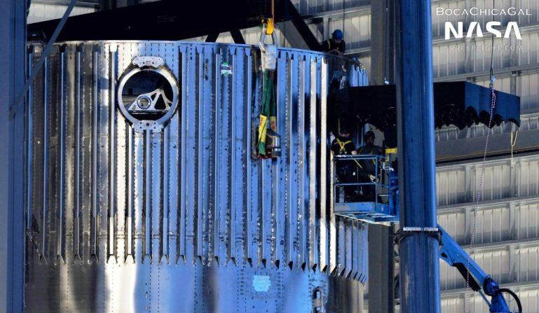 SpaceX устанавливает полный комплект решетчатых ребер размером с автомобиль на втором супертяжелом ускорителе