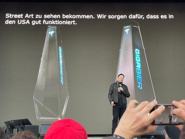 """Tesla """"Giga Bier"""" украшена бутылкой в стиле Cybertruck."""