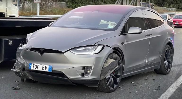 Tesla сняла душераздирающие кадры, на которой Model X подверглась охоте и нападению разъяренного водителя