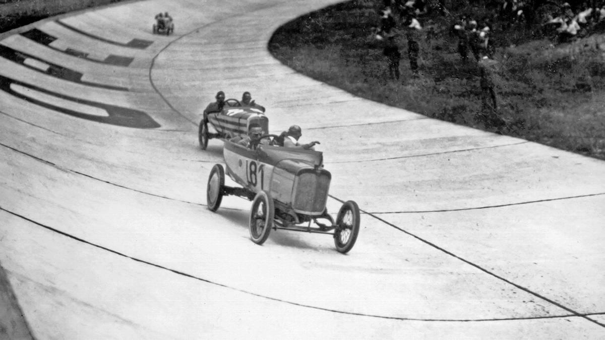 Gare di auto senza protezioni 100 anni fa