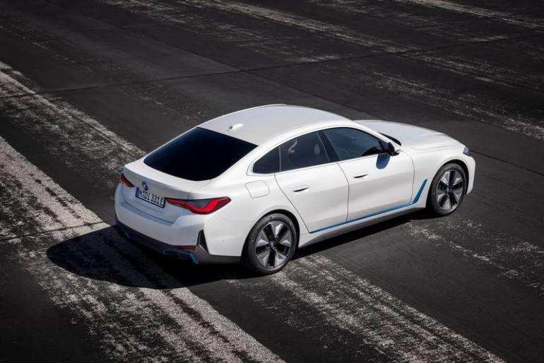 Nuova BMW i4 vista da tre quarti