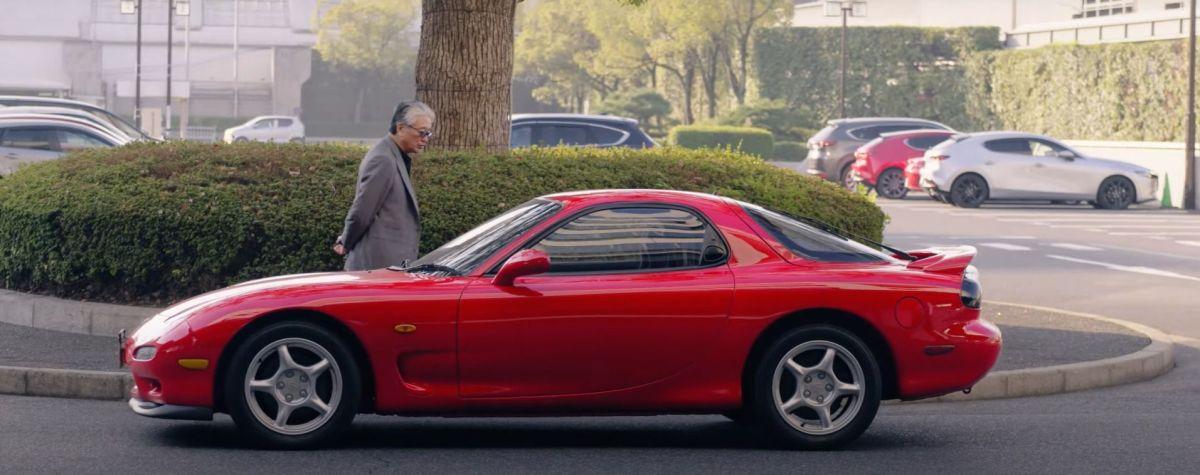 Ryogi Oe accanto alla Mazda RX-7