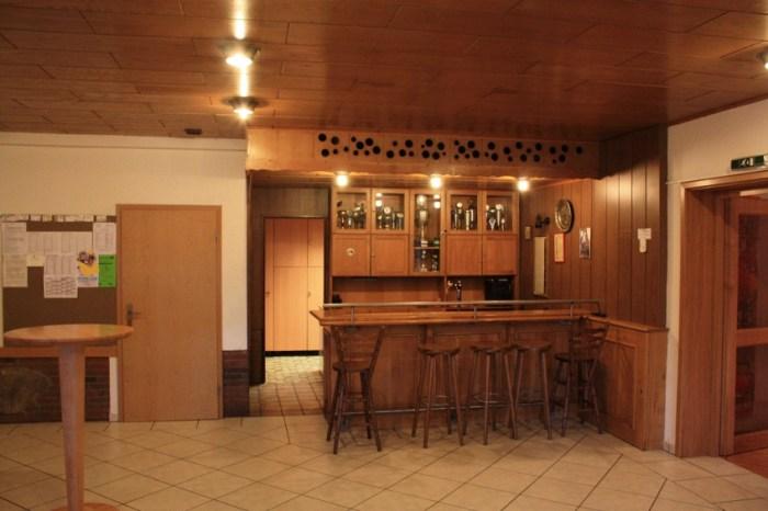 Die Theke bietet eine eingbaute Zapfanlage. Der sich dahinter befindende Raum kann als Lagerraum genutzt werden.