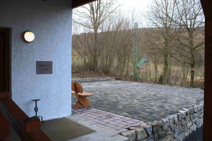 Für die warmen Monate des Jahres besteht die Möglichkeit den Platz direkt am Eingang zu nutzen. Ob unter freiem Himmel oder im Zelt.