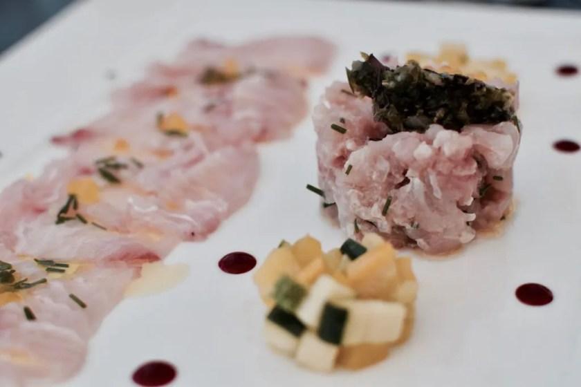 carpaccio e tartare di ricciola, erba cipollina, limone, olio di olive taggiasche al Hotel Don Cesar in Corsica