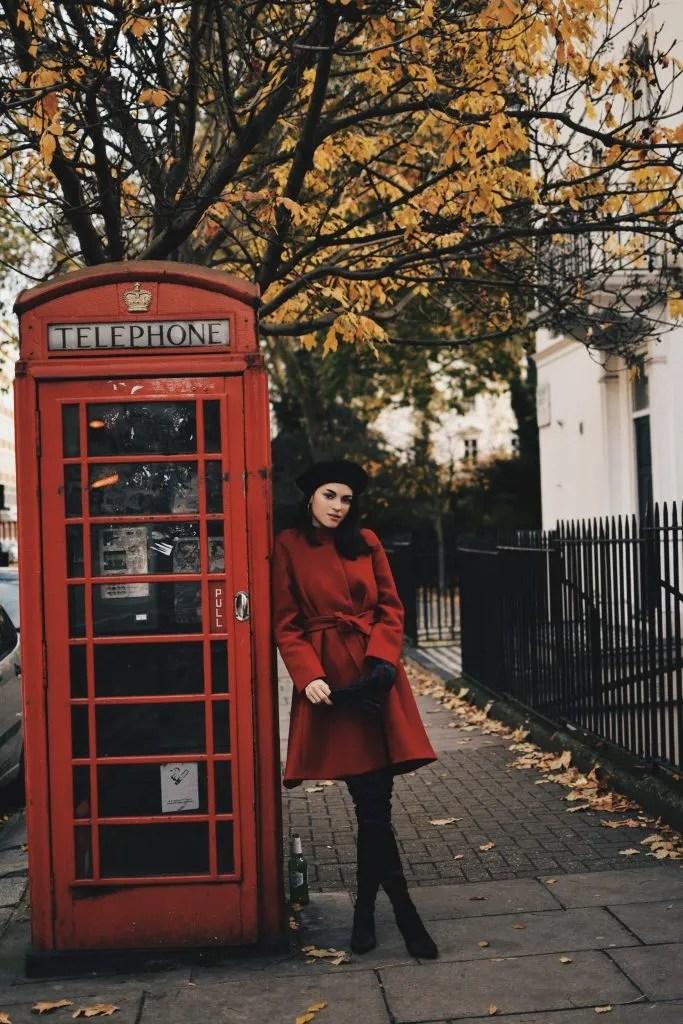 Lavinia Guglielman in rosso con cabina telefonica tipica a Londra