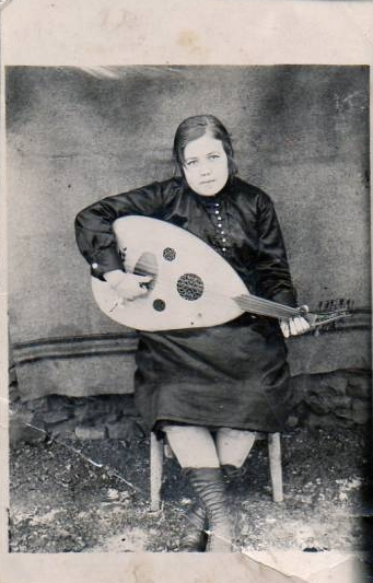 solitary-female-oud-player