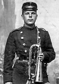 Her er hornblæser Peter Andersen, 3. bataljon. Han blev senere stabshornblæser (dirigent) ved Bornholms Værns Musikkorps.