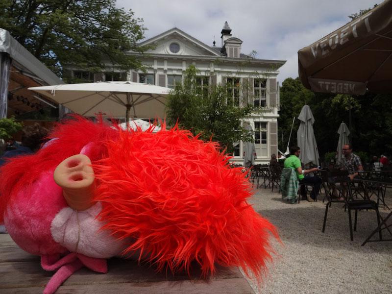 Pluizen monster, museumcafe Mika, Antwerpen, pluizenmonster, monster, varken, pig, feestvarken, oranje, beest, beeldenpark, beeld, cafe, restaurant, Middelheim, Robert Pennekamp,