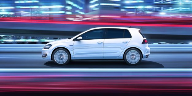 VW-PLUG-IN-HYVRID-GOLF-SIDE-DRIVING