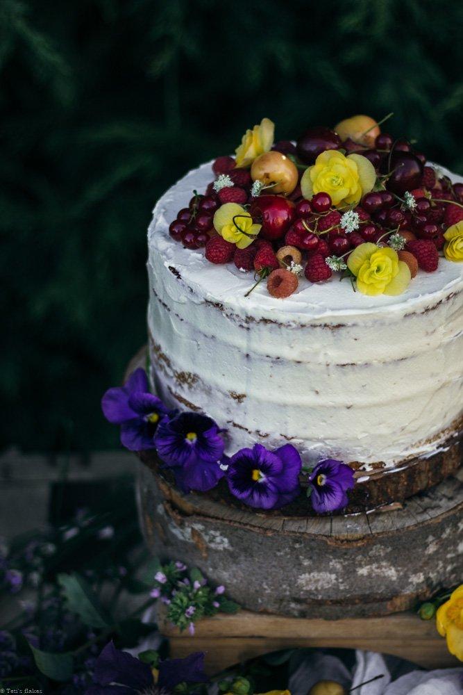 κέικ με σμέουρα, κεράσια και βουτυρόκρεμα λευκής σοκολάτας