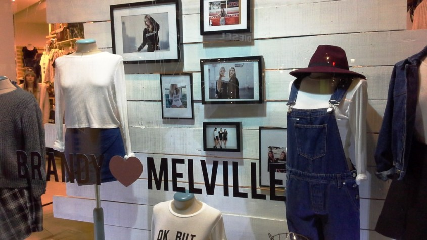 BRANDY MELVILLE PASEO DE GRACIA BARCELONA TEVIAC #brandymelville #teviac #escaparate #marketingonline (4)