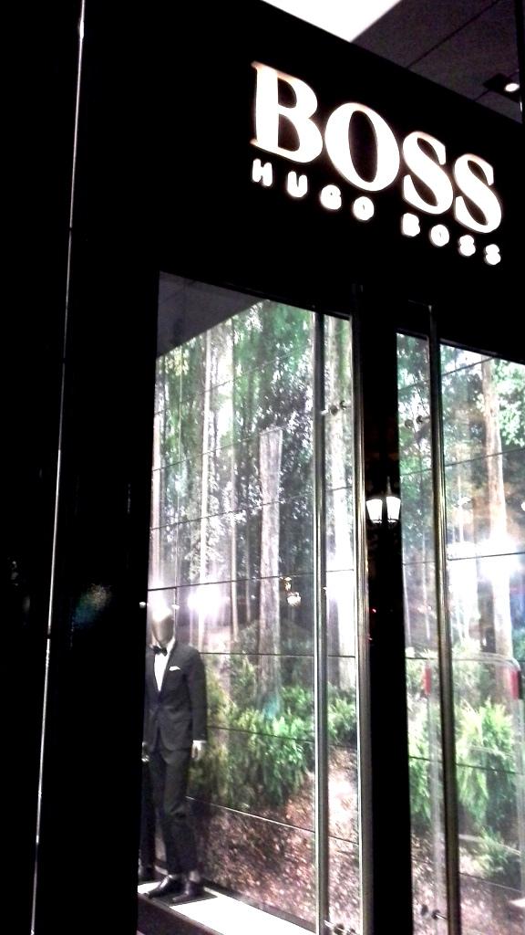 HUGO BOSS PASEO DE GRACIA BARCELONA ESCAPARATE www.teviacescaparatismo.com #escaparatismo #barcelona #actitud (2)
