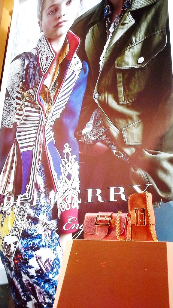 burberry-escaparate-paseo-de-gracia-burberry-burberrytrend-burberryescaparate-080barcelonafashion-escaparatelover-escaparatismobarcelona-4