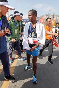 Ethiopian runner Amogne Sendeku Alelgn wins 2 marathons wearing sandals and socks