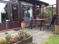 Blick auf Terrasse mit Gartenmöbeln
