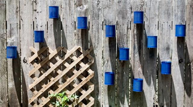 Diy γλάστρες στο φράχτη από κουτάκια5