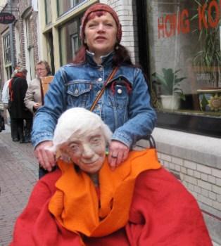 Jakke loopt in Leiden met Grootje