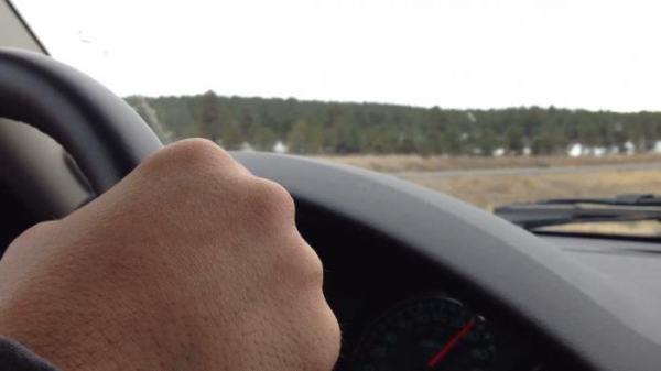 Закусывает руль при повороте: причины и способы устранения