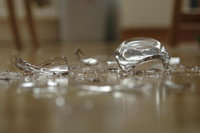 Это самый безопасный способ убрать разбитое стекло