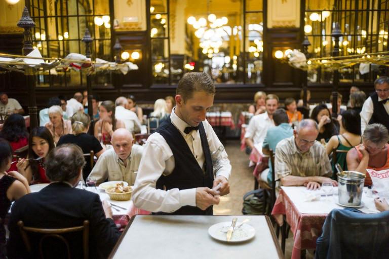 Сколько в среднем зарабатывают официанты