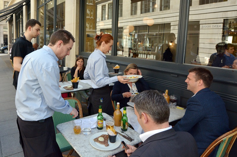 Сколько зарабатывают официанты в России