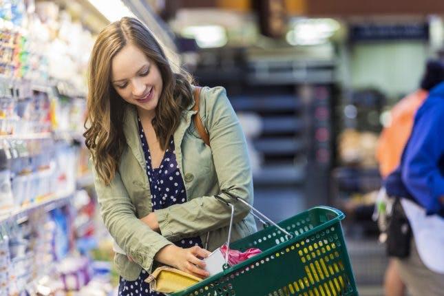 женщина покупает продукты