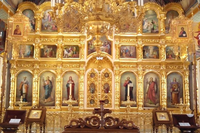 Центральный иконостас храма