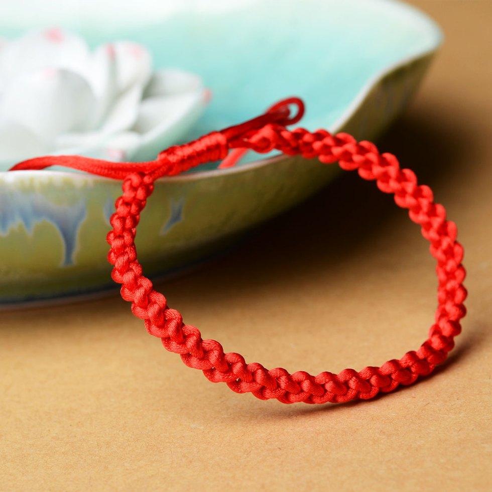 плетение браслета из красной нити
