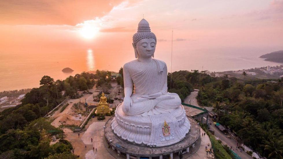 Статуя Будды в пешей доступности от отеля