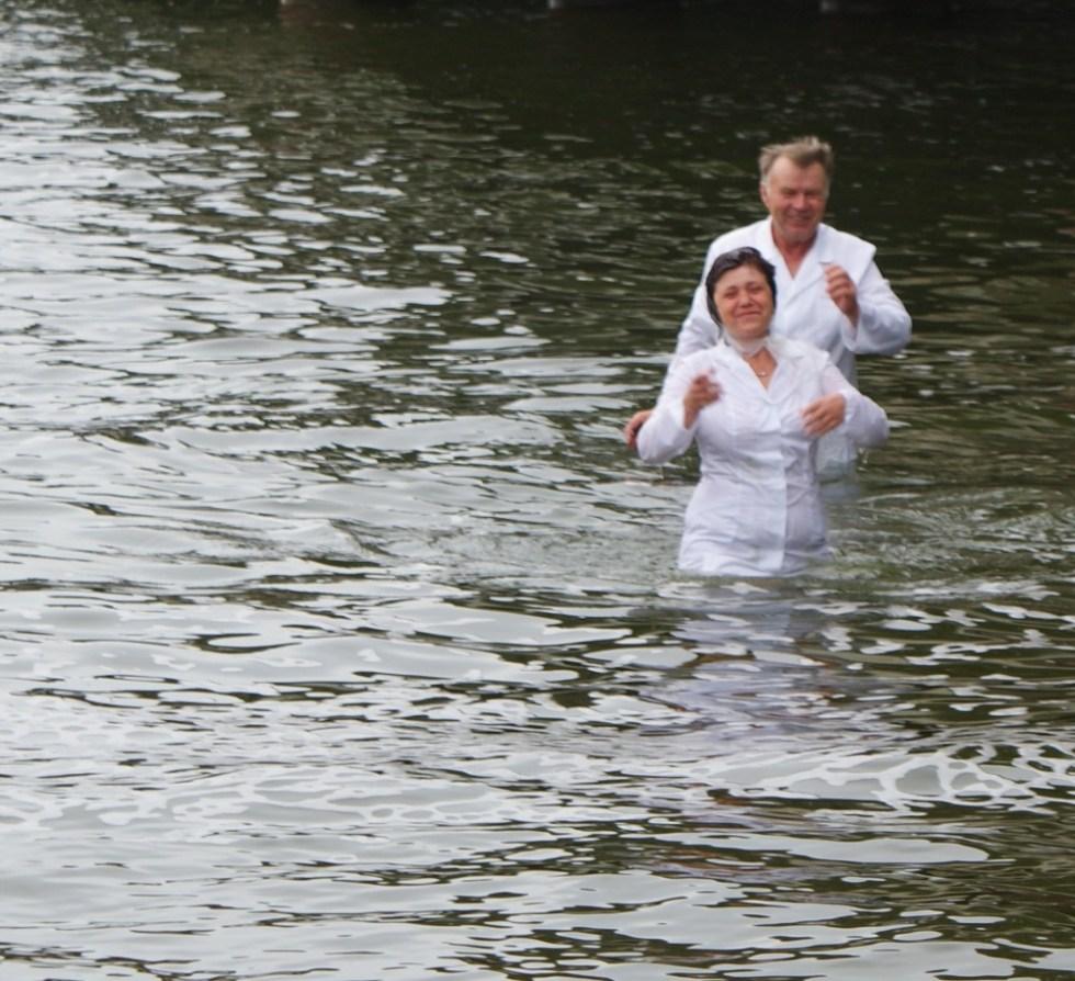 Водное крещение во имя Господа