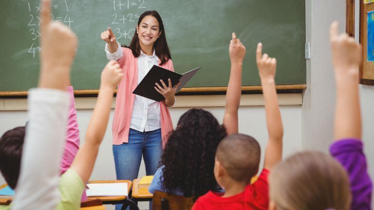 учительница вызывает ученика к доске