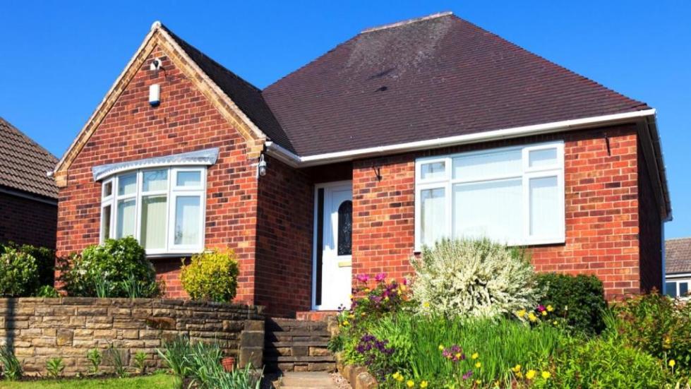 дом из красного кирпича с коричневой крышей